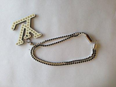 braccialetto con strass neri e marchio LV