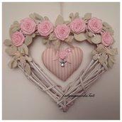Cuore/fiocco di vimini con rose rosa e cuore a righe