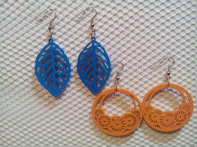 Due paia di orecchini in balsa colorata