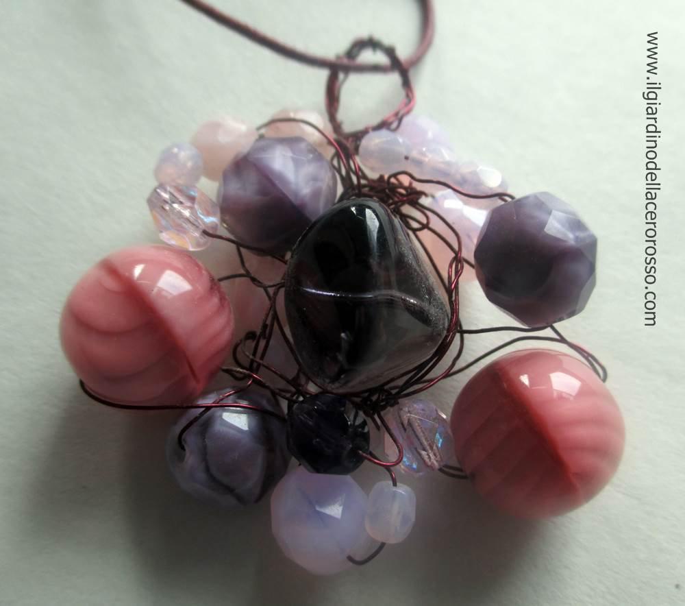 collana corda con ciondolo in pietre e mezzi cristalli, il giardino dell'acero rosso