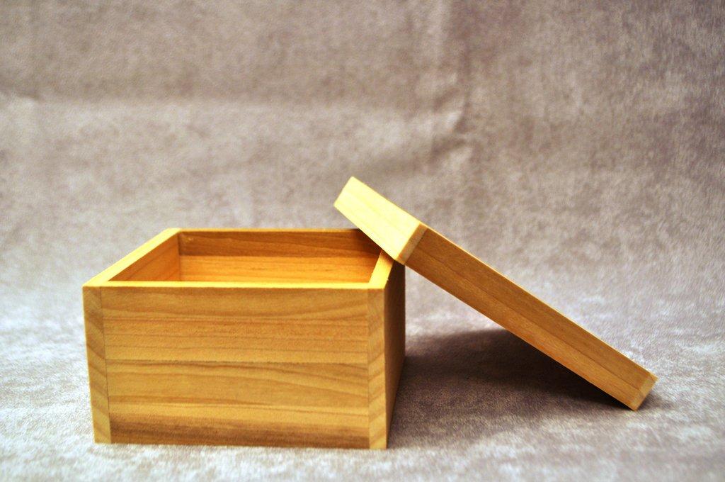 Scatola portaoggetti in legno.