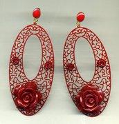 Orecchini pendenti con creola ovale filigranata rossa e rose in resina rosse
