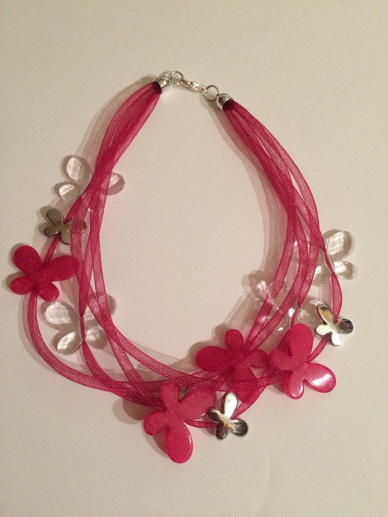collana tubolare con perle a forma di farfalla