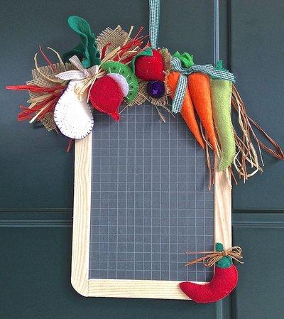 lavagna in ardesia decorata con verdure e frutta in feltro