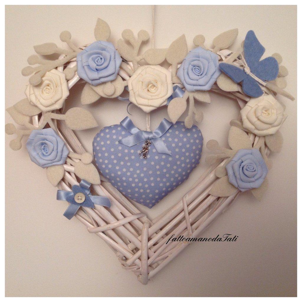 Cuore/fiocco nascita in vimini con rose azzurre e bianche e cuore imbottito azzurro