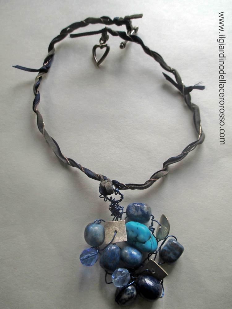 collana semirigida con ciondolo in pietre e filo rame intrecciato blu, il giardino dell'acero rosso