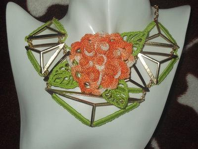 Collana geometrica in metallo nichel free rivestita all'uncinetto con Flor de Maio