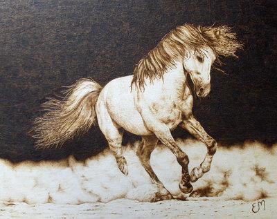 quadro realistico. pirografia su legno. cavallo al galoppo