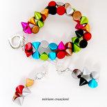 Parure: bracciale e orecchini con borchie colorate