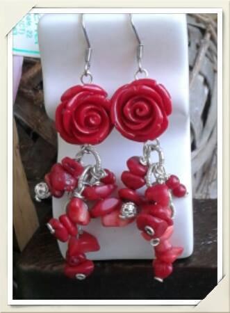 Orecchini pendenti con roselline rosse e corallo fatti a mano.