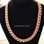 Collana girocollo catena dorata e lavorazione uncinetto, semplice ed elegante - color pesco