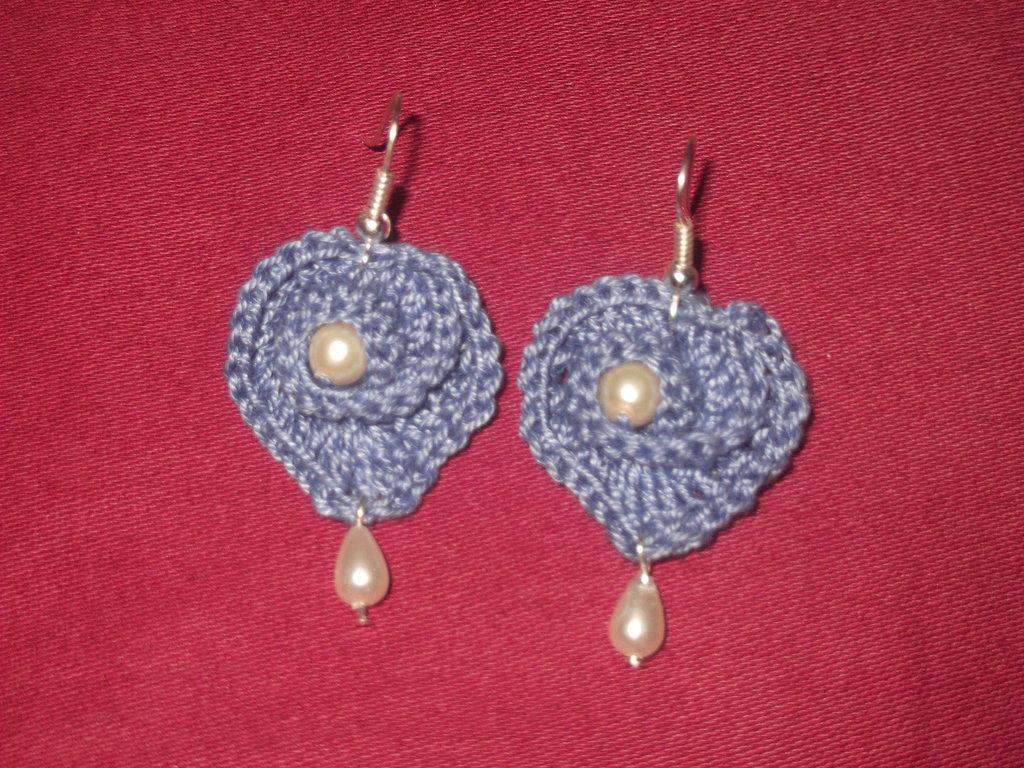 Orecchini all'uncinetto a forma di  cuore con spirale e perline in cotone color denim