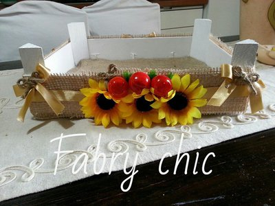 Cassetta di legno dipinta e decorata a mano con frutta e girasoli
