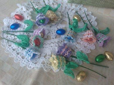 5 rametti con campanula ad uncinetto ed ovetto di Pasqua
