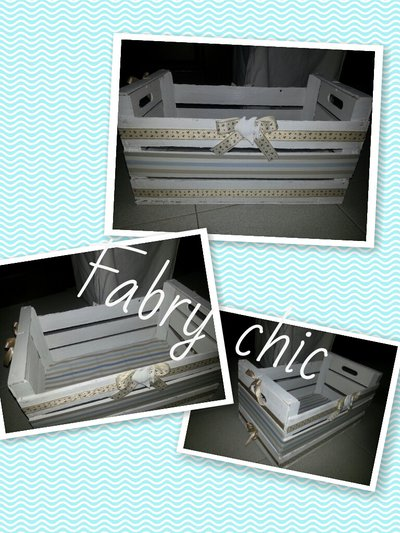 Cassetta di legno dipinta bianca e decorata a mano con gessetto