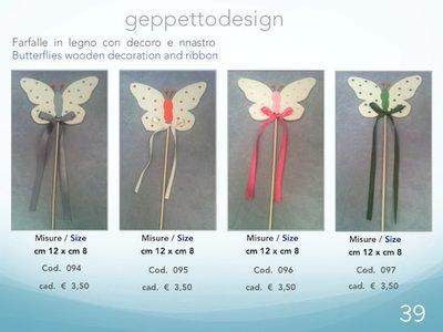 Farfalle in legno decorate di vari colori.