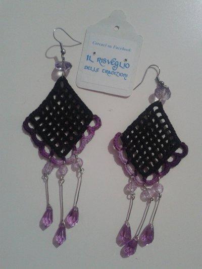 Orecchini Rombo a rete pendenti neri e rosa con perline