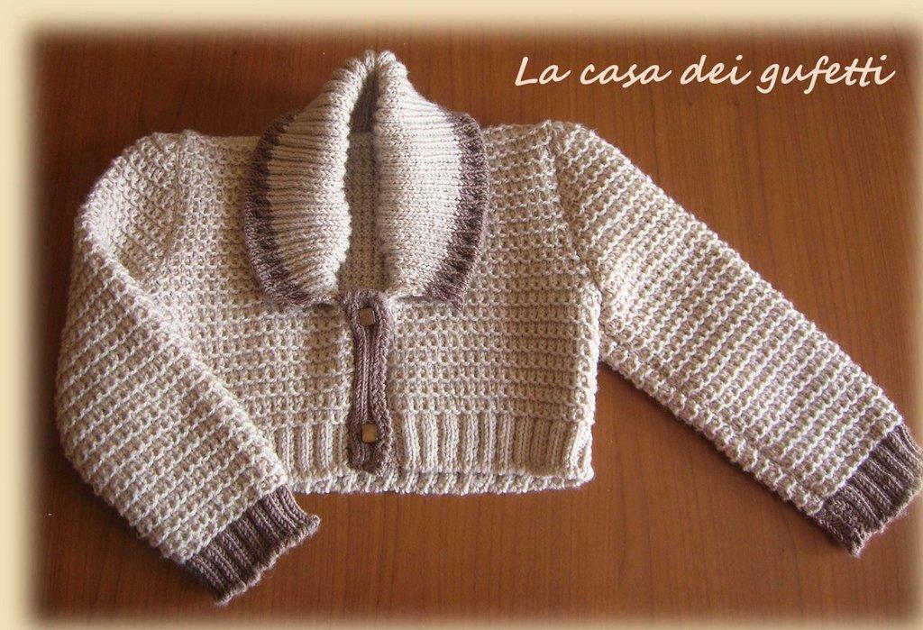 Scaldacuore beige con bordo nocciola e collo a scialle realizzato ai ferri in pura lana vergine
