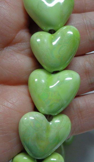 5 Perline in Porcellana Perlata CUORE colore VERDE CHIARO
