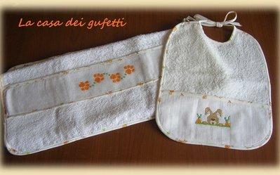 """Set composto da bavetta ed asciugamani """"Coniglietto"""" realizzato interamente a mano e ricamato a punto croce"""