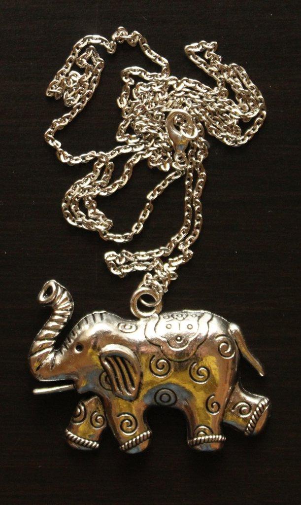 Collana lunga con catenina e ciondolo elefante