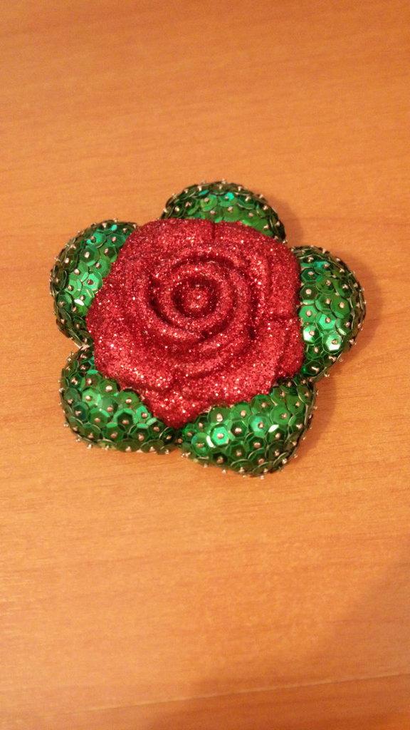 Rosa rossa decorata con porporina e paillettes
