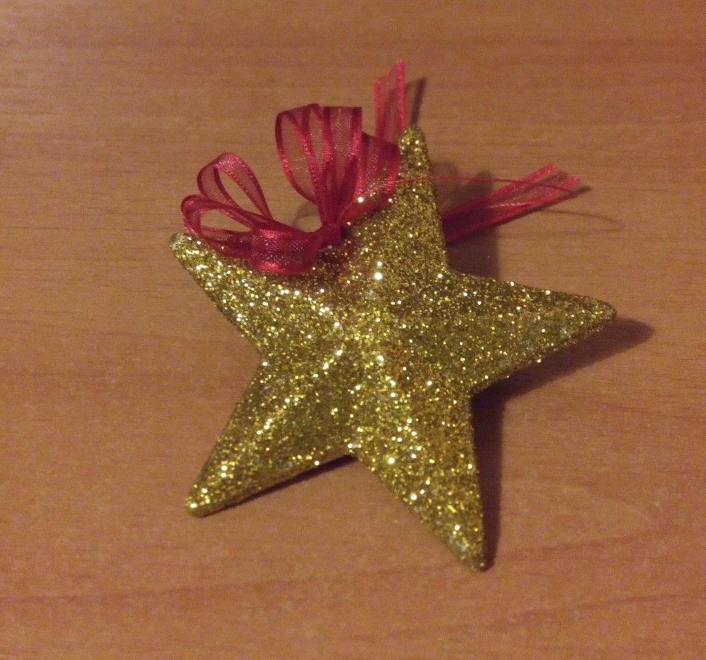 Stella dorata a cinque punte decorata con la porporina