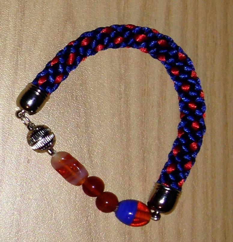 Bracciale kumihimo blu e rosso realizzato a mano con perline