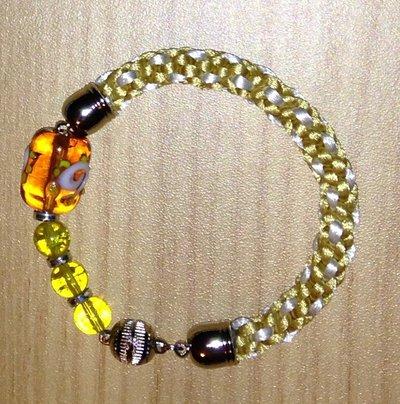 Bracciale kumihimo bianco e oro realizzato a mano con perline