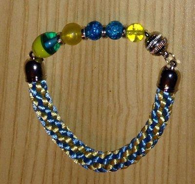 Bracciale kumihimo celeste e oro realizzato a mano con perline