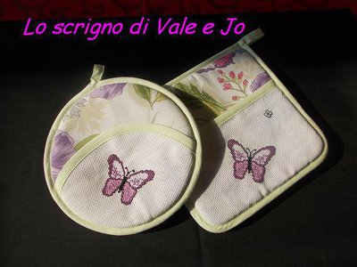 coppia presine primaverili ricamate a mano punto croce con farfalle tinta viola