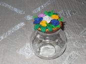 barattolo in vetro decorato in superficie con roselline e foglioline di fimo