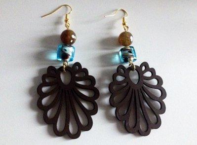 Orecchino in legno marrone perlina azzurra e pietra marrone