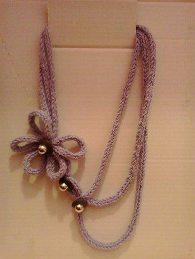 Collana di fili di lana tricotin ciclamino con fiore e bottoni ufo