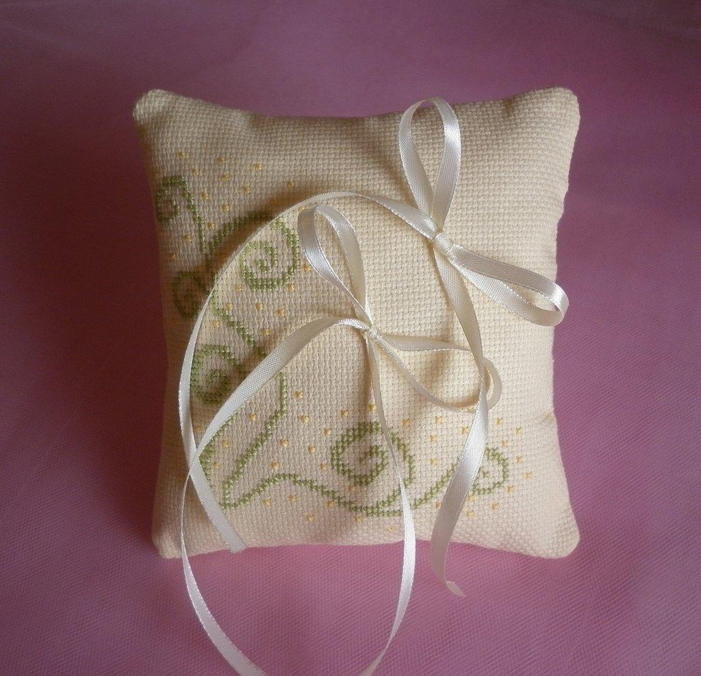 cuscino portafedi color crema ricamato a punto croce, cuscinetto porta fedi quadrato, accessori sposa matrimonio, ricamo primaverile