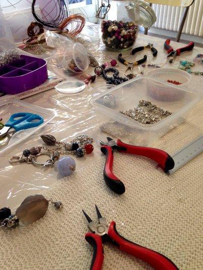 Laboratorio di bigiotteria con filo di metallo - Realizziamo la collana con perle e catena