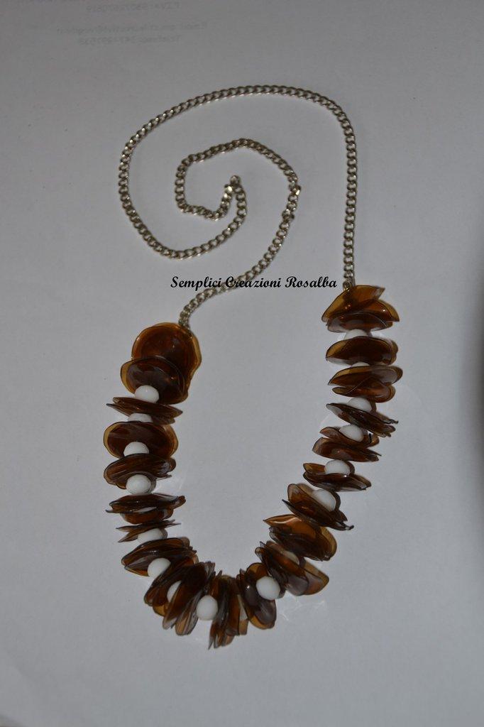 collana estiva con plstica marrone e perle bianche - realizzata con plastica riciclata di bottiglie