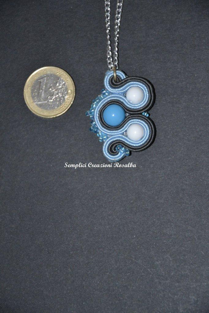 collana in soutache grigio-azzurro-bianco con perline, collana estiva