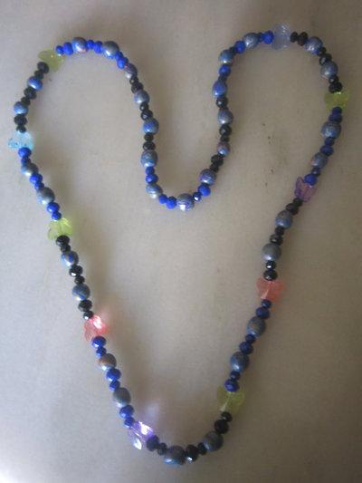 Collana lunga con perline in fimo e perline nere, blu e farfalline.