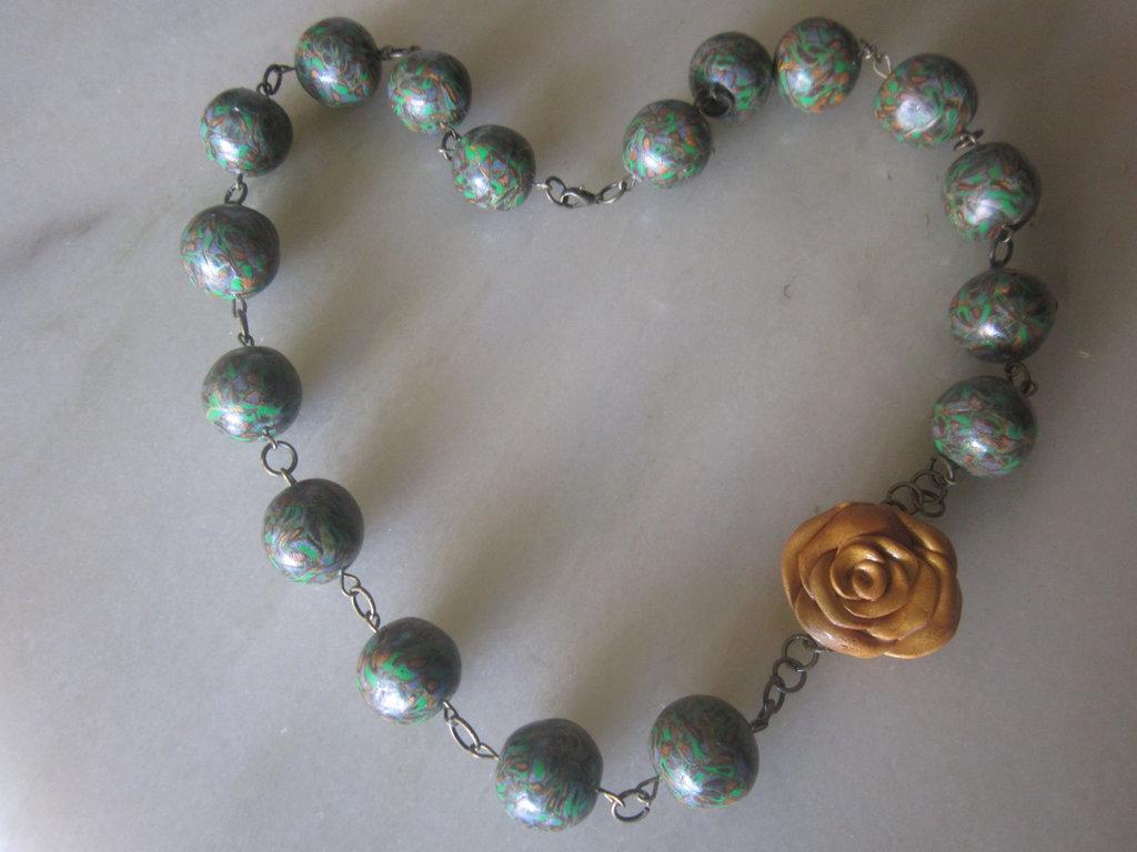 Collana con perle grandi in fimo verde e rosa dorata