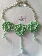 Collana catena e fiori verde acqua ad uncinetto