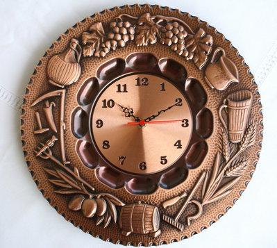 Orologio da appendere a parete in rame sbalzato. Manifattura artigianale. Soggetto: Quattro stagioni