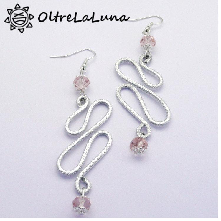 Orecchni pendenti in alluminio e pietre sfaccettate rosa antico