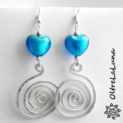 Orecchini pendenti in alluminio e cuori in vetro azzurri