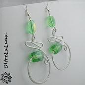 Orecchini pendenti in alluminio e pietre in vetro verdi