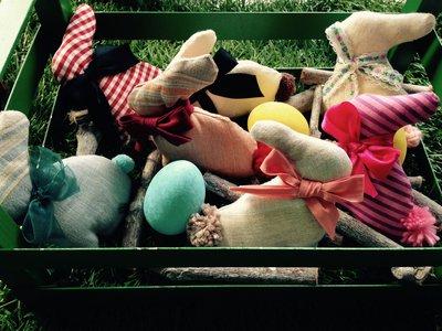 Segnaposto pasquali: Coniglietti colorati in stoffa