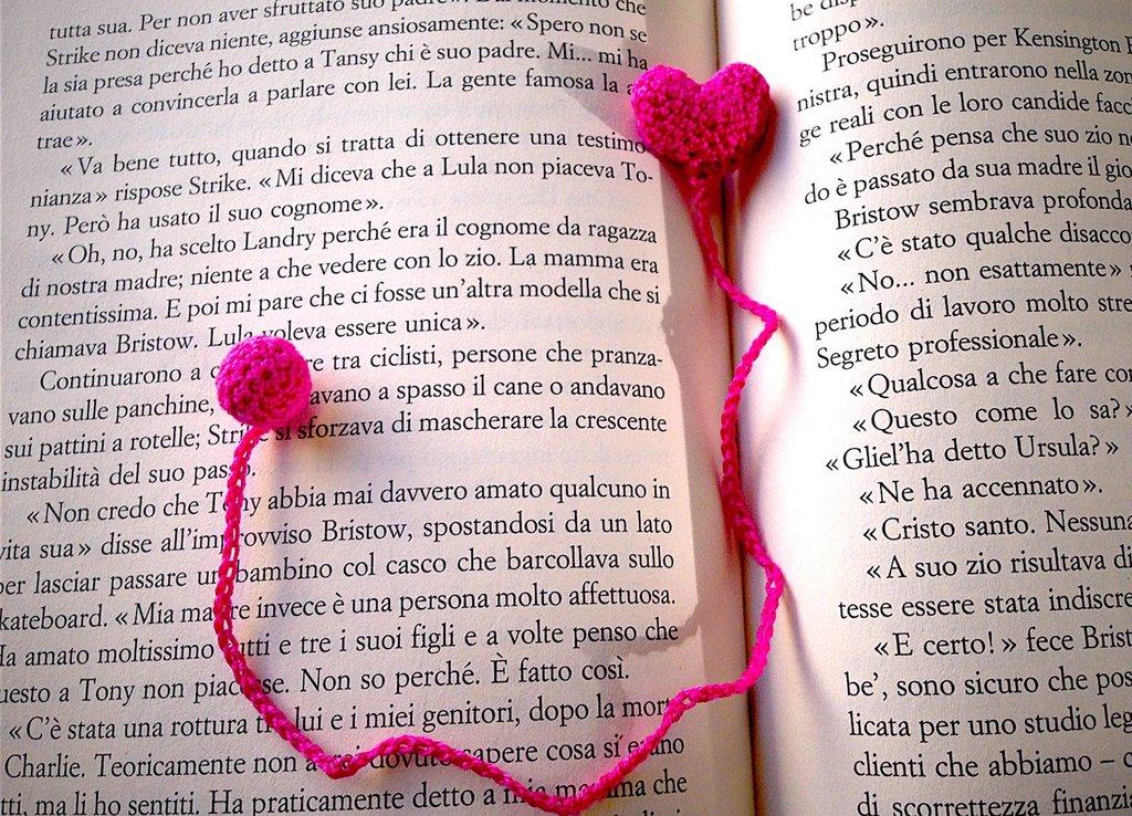 Segnalibro con cuore e pallina fucsia amigurumi per amanti dei libri, fatto a mano all'uncinetto