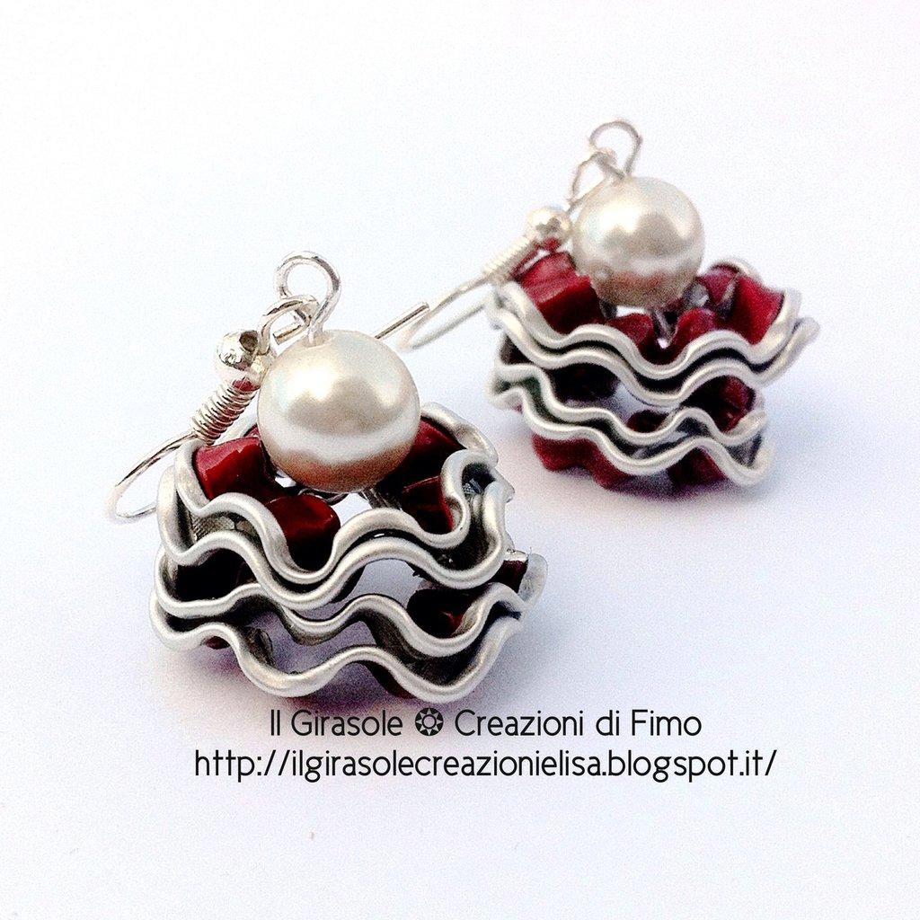 Orecchini onda alluminio riciclato da cialde di caffè e perla bianca: orecchini cialde, gioielli alluminio, orecchini capsule caffè