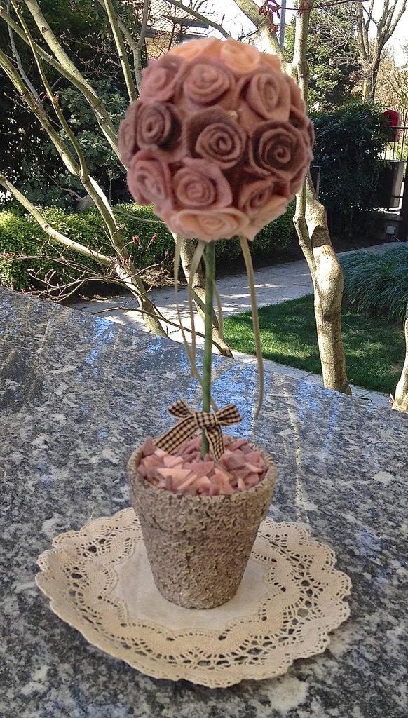 Vaso con alberello con rose di tre tonalita'