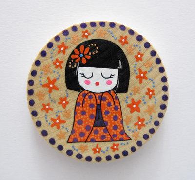 Magnete rotondo in legno dipinto a mano con mini geisha 2